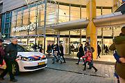 Nederland, Arnhem, 28-12-2013Uitverkoop wegens de opheffing van dit filiaal van luxe warenhuis de Bijenkorf. Het concern wil zich meer richten op internetverkoop. De winkels in Arnhem en Enschede gaan 1 januari dicht.Een politiewagen staat voor de ingang om een winkeldief in te rekenen die de beveiliging heeft aangehouden.Foto: Flip Franssen/Hollandse Hoogte
