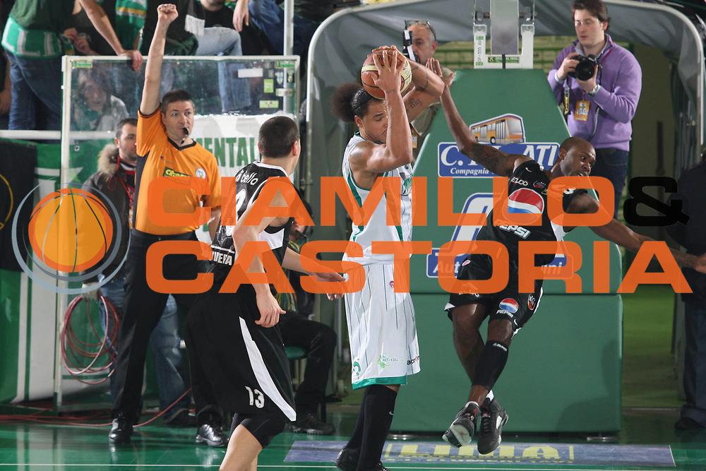 DESCRIZIONE : Avellino Lega A 2009-10 Air Avellino Pepsi Juve Caserta<br />GIOCATORE : Chevon Troutman Ebi Ere<br />SQUADRA : Air Avellino<br />EVENTO : Campionato Lega A 2009-2010<br />GARA : Air Avellino Pepsi Juve Caserta<br />DATA : 19/12/2009<br />CATEGORIA : Fallo<br />SPORT : Pallacanestro<br />AUTORE : Agenzia Ciamillo-Castoria/G.Ciamillo<br />Galleria : Lega Basket A 2009-2010 <br />Fotonotizia : Avellino Campionato Italiano Lega A 2009-2010 Air Avellino Pepsi Juve Caserta<br />Predefinita :