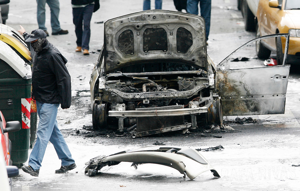 Basque policeman at the scene of a car of PSOE security member Gabriel Gines, 09 October 2007 which exploded in the northern Spanish Basque city of Bilbao. PHOTO RAFA RIVAS