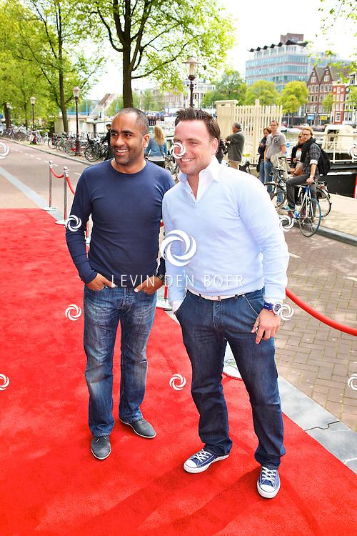 AMSTERDAM - Bij het Koninklijk Theater Carre is de premiere van Circus Hurricane Hans Klok van start gegaan.  Met op de foto Jeroen Post met een vriend. FOTO LEVIN DEN BOER - PERSFOTO.NU