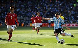 17.06.2010, Soccer City Stadium, Johannesburg, RSA, FIFA WM 2010, Argentinien vs Südkorea im Bild Lionel Messi Flanke zum dritten Tor der Argentinier, EXPA Pictures © 2010, PhotoCredit: EXPA/ IPS/ Mark Atkins / SPORTIDA PHOTO AGENCY