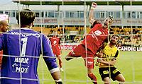 Fotball , 21. mai 2018 , Eliteserien , Lillestrøm - Brann 1-1<br /> Vito Wormgoor, Brann blir hold av Aleksander Melgalvis Andreassen, LSK under en corner. Brann rote på straffe, men fikk det ikke