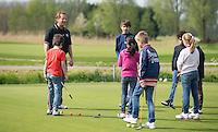 VIJFHUIZEN - Jeugd heeft groepsles van Sven Kitseroo op de Haarlemmermeersche Golf Club. COPYRIGHT KOEN SUYK