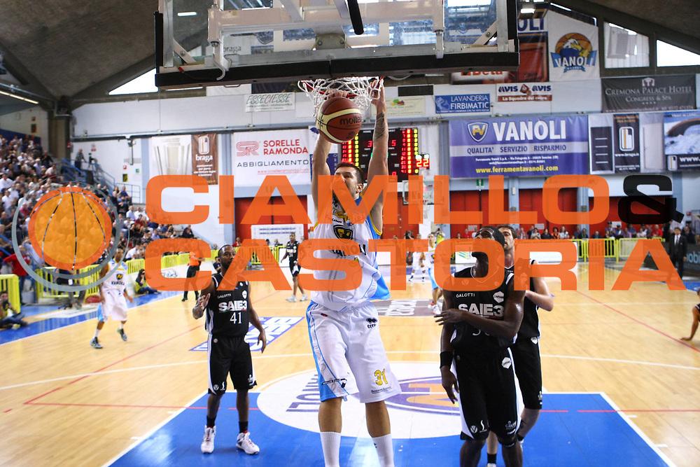 DESCRIZIONE : Cremona Lega A 2012-2013 Vanoli Cremona SAIE3 Bologna<br />GIOCATORE : Andrija Stipanovic<br />SQUADRA : Vanoli Cremona<br />EVENTO : Campionato Lega A 2012-2013<br />GARA : Vanoli Cremona SAIE3 Bologna<br />DATA : 29/09/2012<br />CATEGORIA : Schiacciata<br />SPORT : Pallacanestro<br />AUTORE : Agenzia Ciamillo-Castoria/F.Zovadelli<br />GALLERIA : Lega Basket A 2012-2013<br />FOTONOTIZIA : Cremona Campionato Italiano Lega A 2012-13 Vanoli  Cremona SAIE3 Bologna<br />PREDEFINITA :