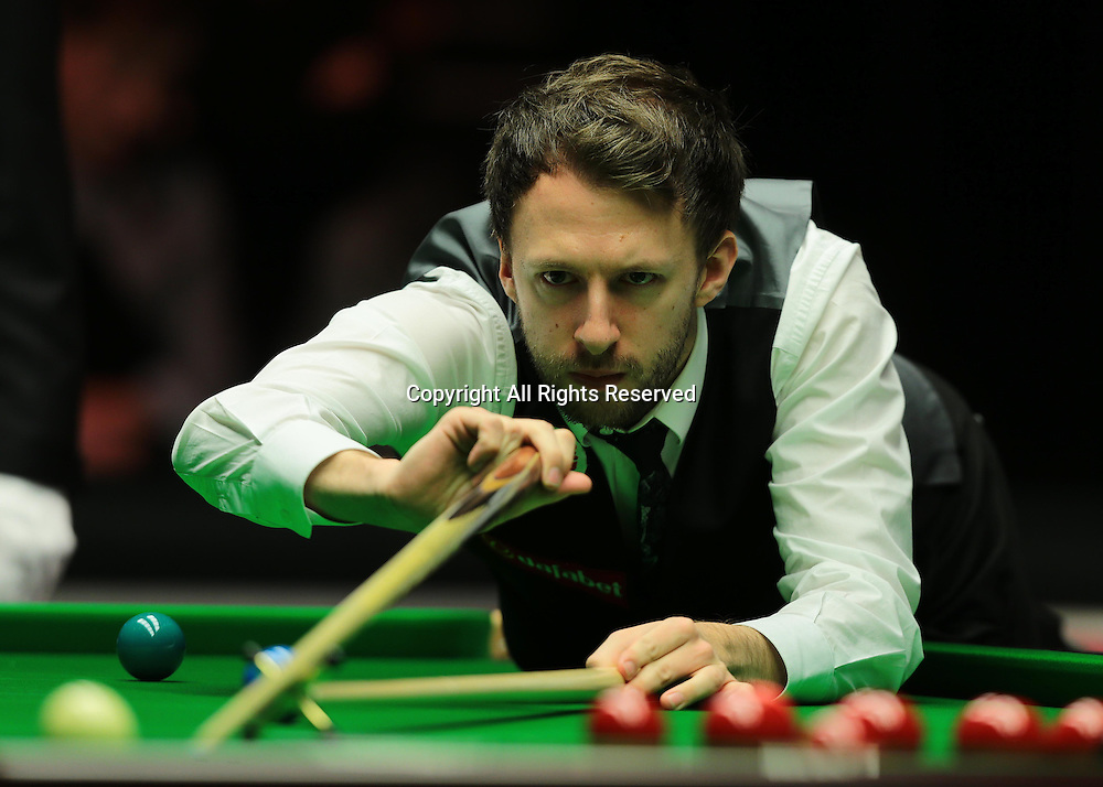 16.01.2016.  Alexandra Palace, London, England. Masters Snooker. Semi Finals. Judd Trump uses the rest during the eighth frame