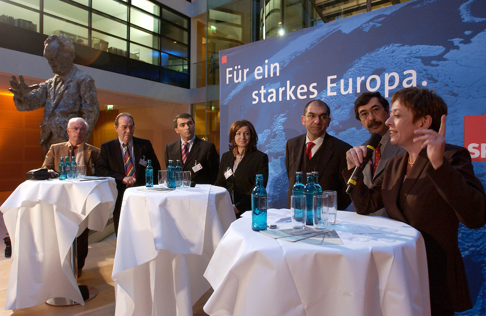 30 MAR 2004, BERLIN/GERMANY:<br /> Yilmaz Karahasan, ehem IG Metall, Esref Uensal, ATIAD, Turgut Oeker, Konf&ouml;rd. d. Alevitischen Vereine in Europa, Dilek Kolat, Mda Berlin, SPD, Ozan Ceyhun, MdEP, SPD, Ahmed Iyidirli, HDF, Lale Akguen, (v.L.n.R.), Empfang der Initiative Neue Inlaender der SPD, Willy-Brandt-Haus<br /> IMAGE: 20040330-04-053<br /> KEYWORDS: Neue Inl&auml;nder, T&uuml;rken, Tuerken