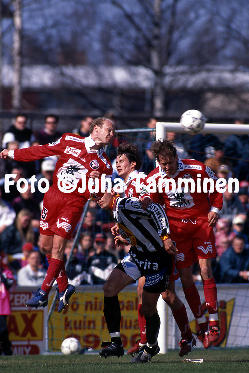 8.5.1997, Hietalahti, Vaasa.<br /> Veikkausliiga 1997.<br /> Vaasan Palloseura - FF Jaro.<br /> Kim Huuhka, Kai R&ouml;nkk&ouml; &amp; Marko Tuomela (Jaro) v Sasu Iivonen (VPS).