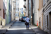 Een postbode doet zijn ronde in San Francisco. De Amerikaanse stad San Francisco aan de westkust is een van de grootste steden in Amerika en kenmerkt zich door de steile heuvels in de stad.<br /> <br /> A postman is walking his route in San Francisco. The US city of San Francisco on the west coast is one of the largest cities in America and is characterized by the steep hills in the city.