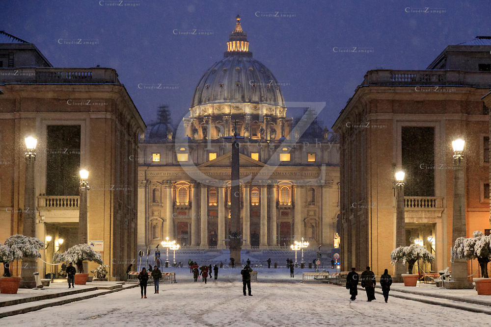 Rome under snow early morning at St Peter's Basilica<br />