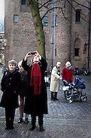 Nederland. Den Haag, 9 februari 2010.<br /> Extra ministerraad met voltallige ministersploeg, het kabinet heeft een akkoord bereikt over de brief n.a.v.Irak rapport van de commissie davids. Publiek, echtpaar, belangstellenden op het Binnenhof bij het ministerie van Algemene Zaken. burger, volk, kiesgerechtigden, stemmers vierde kabinet Balkenende; Balkenende IV; Balkenende Vier; politiek; Binnenhof<br /> Foto Martijn Beekman