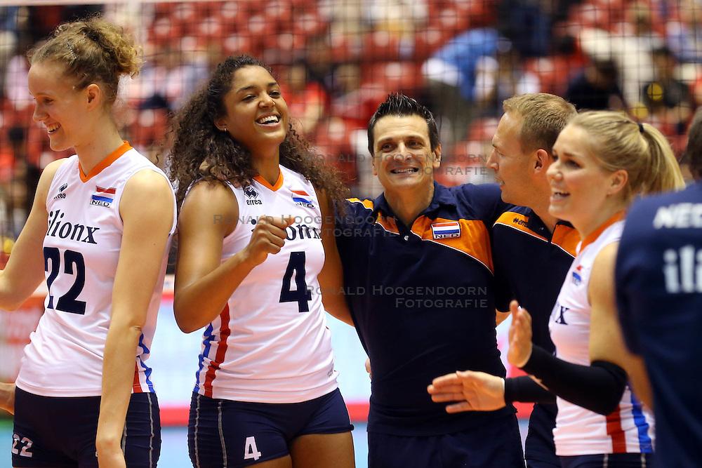 21-05-2016 JAP: OKT Nederland - Peru, Tokio<br /> De Nederlandse volleybalsters winnen met 3-0 en plaatsen zich als eerste voor Rio / Vreugde bij Nederland met oa. Coach Giovanni Guidetti, Celeste Plak #4