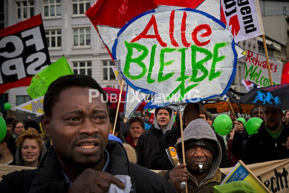 Am Nachmittag des  1. März 2014 versammelten sich am Hachmannplatz in Hamburg rund 7000 Demonstranten, um gemeinsam mit den Lampedusa- Flüchtlingen für ein menschliches Asylrecht und dauerhaftes Bleiberecht zu demonstrieren.