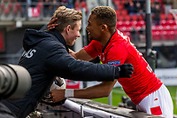 ALKMAAR - 19-03-2017, AZ - ADO Den Haag, AFAS Stadion, 4-0, nadat AZ speler Dabney dos Santos Souza de 1-0 heeft gescoord geeft hij de ballenjongen die hij voor de wedstrijd een bal tegen zijn hoofd schoot een knuffel.