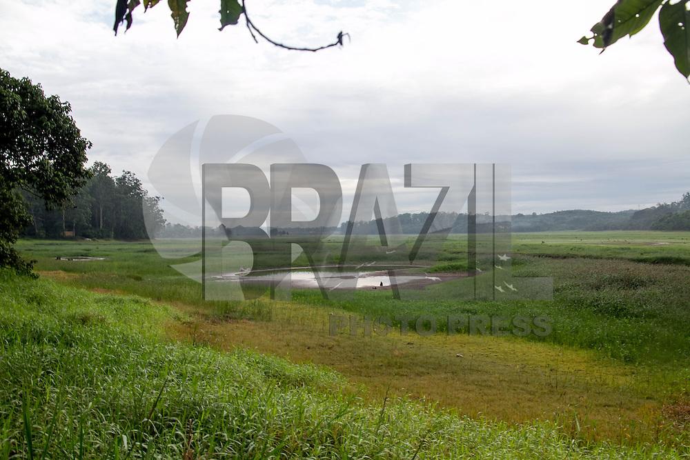 SAO PAULO, SP - 10.12.2014 - NIVEL GURAPIRANGA - EMBU GUACU - Vista da Represa do Guarapiranga na cidade de Embu-Gua&ccedil;u, proximo do trecho sul do rodoanel na manh&atilde; desta quarta-feira (10). Depois de 3 anos, o grande volume de &aacute;gua que mantinha a economia pesqueira da regi&atilde;o, se tornou em pequenos riachos e o cen&aacute;rio &eacute; hoje composto pela vegeta&ccedil;&atilde;o no lugar de &aacute;gua.<br /> <br /> (Foto: Fabricio Bomjardim / Brazil Photo Press)