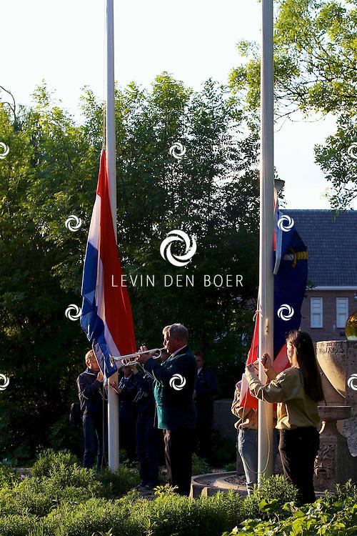 ZALTBOMMEL - Burgemeester Albert van den Bosch met zijn vrouw en kinderen en diversen Bommelaren lopen de jaarlijkse stoet langs diversen begraafplaatsen in Zaltbommel om de oorlogsslachtoffers te herdenken. Met om acht uur twee minuten stil. FOTO LEVIN DEN BOER - PERSFOTO.NU