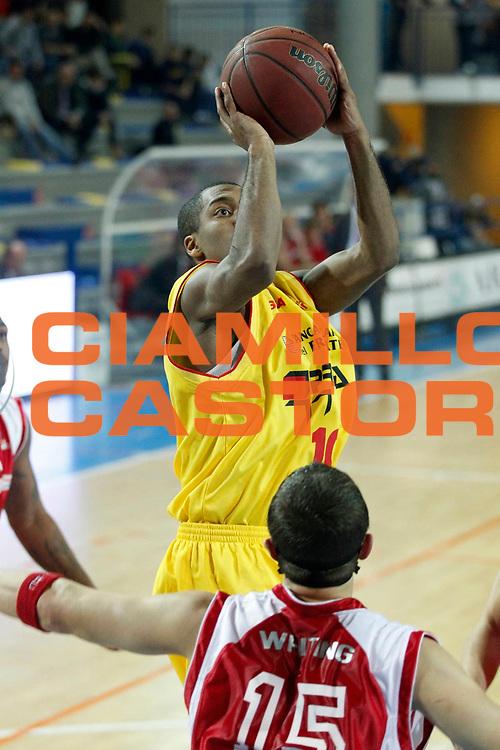 DESCRIZIONE : Frosinone Lega Basket A2 2011-12  Prima Veroli Aget Service Imola<br /> <br /> GIOCATORE : Jason Rowe<br /> <br /> CATEGORIA : tiro<br /> <br /> SQUADRA : Prima Veroli<br /> <br /> EVENTO : Campionato Lega A2 2011-2012<br /> <br /> GARA : Prima Veroli Aget Service Imola<br /> <br /> DATA : 20/11/2011<br /> <br /> SPORT : Pallacanestro <br /> <br /> AUTORE : Agenzia Ciamillo-Castoria/ A.Ciucci<br /> <br /> Galleria : Lega Basket A2 2011-2012 <br /> <br /> Fotonotizia : Frosinone Lega Basket A2 2011-12 Prima Veroli Aget Service Imola<br /> <br /> Predefinita :
