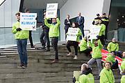 Koning Willem-Alexander is aanwezig bij de viering van 100 jaar luchtvaart in Nederland in het Eye Filmmuseum. KLM, NLR-Nederlands Lucht- en Ruimtevaartcentrum en GKN Fokker bestaan in 2019 alle drie honderd jaar.<br /> <br /> Op de foto: Klimaatprotest<br /> <br /> King Willem-Alexander is present at the Eye Film Museum at the celebration of 100 years of aviation in the Netherlands. KLM, NLR-Netherlands Aerospace Center and GKN Fokker all exist in 2019 for three hundred years.