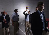 Volleyball 1. Bundesliga  Saison 2014/2015  Modehaus Weippert Fotoshooting mit dem TV Rottenburg  28.10.2013 Oliver Staab (Mitte) mit Ball