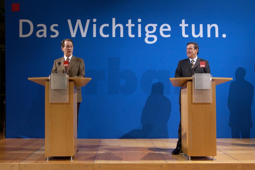 07 FEB 2004, BERLIN/GERMANY:<br /> Franz Muentefering (L), SPD Fraktionsvorsitzender, und Gerhard Schroeder (R), SPD, Bundeskanzler, waehrend einer Pressekonferenz zu den Ergebnissen der Sondesitzung des SPD Praesidiums und Parteivorstandes nach der Bekanntgabe des Ruecktritts des Parteivorsitzenden, Willy-Brandt-Haus<br /> IMAGE: 20040207-01-036<br /> KEYWORDS: R&uuml;cktritt, Gerhard Schr&ouml;der, Franz M&uuml;ntefering