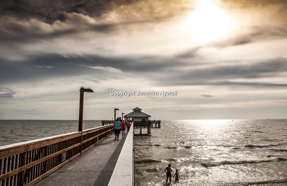 20151119 Fort Myers Beach <br /> Florida USA <br /> San Carlos blvd Sunset beach pier<br /> Sandstrand vid Mexikanska gulfen palmer sol sandstrand restauranger barer<br /> <br /> <br /> FOTO : JOACHIM NYWALL KOD 0708840825_1<br /> COPYRIGHT JOACHIM NYWALL<br /> <br /> ***BETALBILD***<br /> Redovisas till <br /> NYWALL MEDIA AB<br /> Strandgatan 30<br /> 461 31 Trollh&auml;ttan<br /> Prislista enl BLF , om inget annat avtalas.