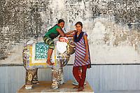 Inde, Rajasthan, village de Ghanerao, Vinita (10 ans) et sa soeur Sapna (15 ans)  // India, Rajasthan, Ghanerao village, Vinita, 10 old and sister Sapna, 15 old