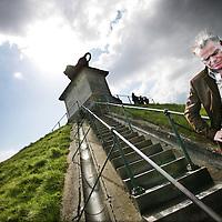 Belgie,Waterloo ,16 april 2008..Martin Bril (Utrecht, 21 oktober 1959) is een Nederlandse columnist en schrijver..Op de foto staat Martin Bril op de kunstmatige heuvel met boven op de top De Leeuw van Waterloo (Butte du Lion)..De Leeuw van Waterloo  is een herdenkingsmonument voor de Slag van Waterloo (1815) en werd op bevel van koning Willem I van Nederland opgericht ter ere van zijn zoon, de prins van Oranje. Een reusachtige leeuw troont op een kunstmatige heuvel 45 meter boven de omringende vlakte uit. Het monument staat op het grondgebied van de gemeente Eigenbrakel..Dutch writer and columnist Martin Bril (1959-2009) wrote a book on Napoléon Bonaparte.