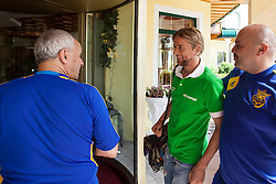 25.05.2012, Hotel Seeresidenz, Walchsee, AUT, UEFA EURO 2012, Trainingscamp, Ukraine, Training, im Bild empfangen von Team Offiziellen Anatoliy Tymoshchuk, (UKR) kam zu spaet ins Teamcamp und reiste Privat mit Andriy Voronin, (UKR) aus Muenchen an // during the arrival at the Hotel Seeresidenz of Ukraine National Footballteam for preparation UEFA EURO 2012 at Hotel Seeresidenz, Walchsee, Austria on 2012/05/25. EXPA Pictures © 2012, PhotoCredit: EXPA/ Juergen Feichter