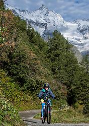 15-09-2017 ITA: BvdGF Tour du Mont Blanc day 6, Courmayeur <br /> We starten met een dalende tendens waarbij veel uitdagende paden worden verreden. Om op het dak van deze Tour te komen, de Grand Col Ferret 2537 m., staat ons een pittige klim (lopend) te wachten. Na een welverdiende afdaling bereiken we het Italiaanse bergstadje Courmayeur. Beatriz