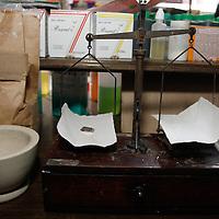 """Toluca, México.- La botica de Santa Teresita, fue una de las primeras en establecerse en toluca, tiene una antiguedad de más de 130 años y a pasado por 5 generaciones en la familia, todavía se realiza la mezcla de sustancias medicinales, así como la tradicional """"agua de espanto"""". Agencia MVT / Arturo Hernández S."""
