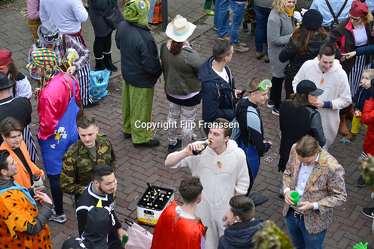 Nederland, Beek, Berg en Dal, 27-2-2017 Traditiegetrouw vindt in dit dorp bij Nijmegen en tegen de grens met Duitsland de Rozenmoandag carnavalsoptocht plaats. Alle wagens, praalwagens, carnavalswagens uit de regio komen dan langs want het is de enige optocht. Jongeren drinken drank op straat . Bier en schnapsFoto: Flip Franssen