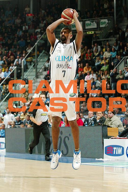 DESCRIZIONE : Bologna Lega A1 2006-07 Climamio Fortitudo Bologna Eldo Napoli <br /> GIOCATORE : Shumpert<br /> SQUADRA : Climamio Fortitudo Bologna<br /> EVENTO : Campionato Lega A1 2006-2007 <br /> GARA : Climamio Fortitudo Bologna Eldo Napoli <br /> DATA : 05/11/2006 <br /> CATEGORIA : tiro<br /> SPORT : Pallacanestro <br /> AUTORE : Agenzia Ciamillo-Castoria/G.Livaldi
