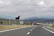 Spanje, Caceres, 6-5-2010Langs de weg komt men regelmatig een grote stier tegen. Ze zijn vanaf de vijftiger jaren geplaatst door de firma Osborne, van de sherry, als reclame, maar zijn inmiddels een attractie langs de weg geworden.Foto: Flip Franssen/Hollandse Hoogte