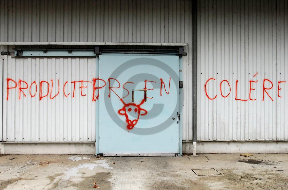 09/12/05 - LE PUY - HAUTE LOIRE - FRANCE - Graffiti suite a la contestation des producteurs laitier a la Cooperative Laitiere du Puy - Photo Jerome CHABANNE