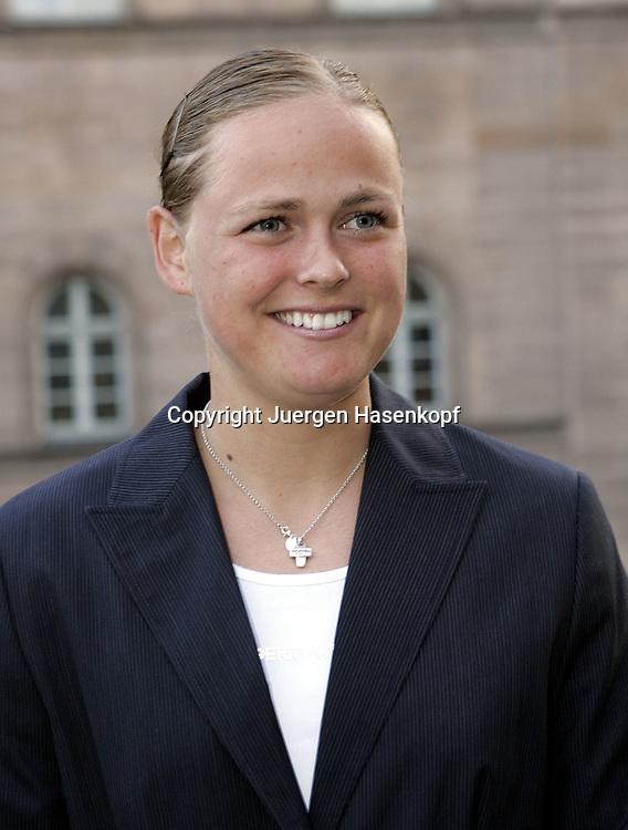 Fed Cup Germany - Croatia , ITF Damen Tennis Turnier in Fuerth, Wettbewerb der Mannschaft von Deutschland gegen Kroatien,eine gut gelaunte Anna-Lena Groenefeld(GER) vor dem  Rathaus.<br />Foto: Juergen Hasenkopf<br />B a n k v e r b.  S S P K  M u e n ch e n, <br />BLZ. 70150000, Kto. 10-210359,<br />+++ Veroeffentlichung nur gegen Honorar nach MFM,<br />Namensnennung und Belegexemplar. Inhaltsveraendernde Manipulation des Fotos nur nach ausdruecklicher Genehmigung durch den Fotografen.<br />Persoenlichkeitsrechte oder Model Release Vertraege der abgebildeten Personen sind nicht vorhanden.