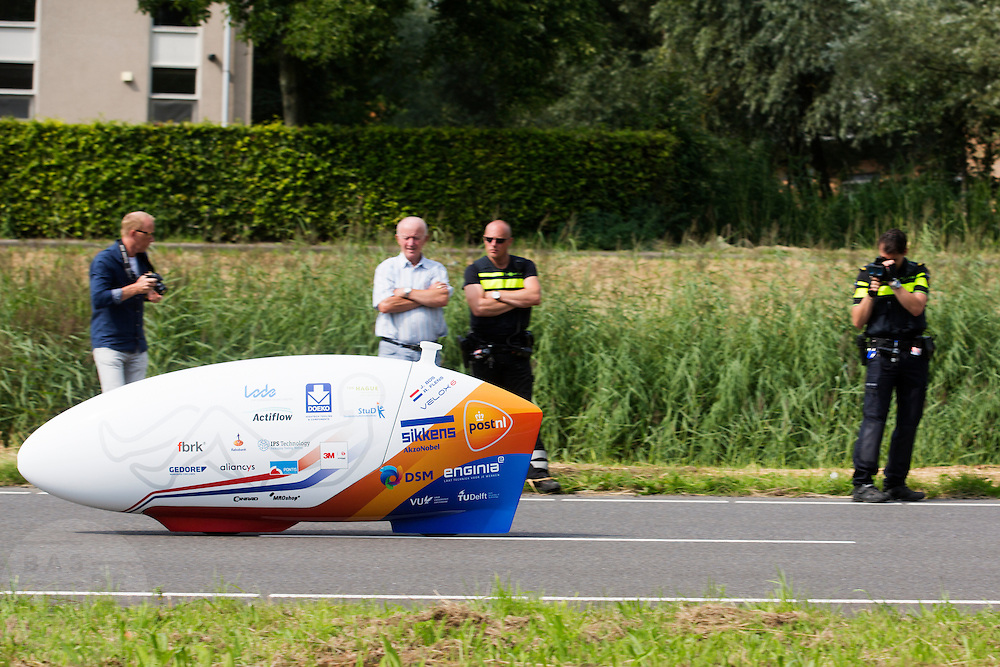 In Delft test het Human Power Team de VeloX 6, de nieuwe aerodynamische fiets, op de een speciaal voor hun afgezette weg. Jan Bos rijdt uiteindelijk 59 km/h. In september wil het Human Power Team Delft en Amsterdam, dat bestaat uit studenten van de TU Delft en de VU Amsterdam, tijdens de World Human Powered Speed Challenge in Nevada een poging doen het wereldrecord snelfietsen te verbreken. Het record is met 139,45 km/h sinds 2015 in handen van de Canadees Todd Reichert.<br /> <br /> With the special recumbent bike the Human Power Team Delft and Amsterdam, consisting of students of the TU Delft and the VU Amsterdam, also wants to set a new world record cycling in September at the World Human Powered Speed Challenge in Nevada. The current speed record is 139,45 km/h, set in 2015 by Todd Reichert.