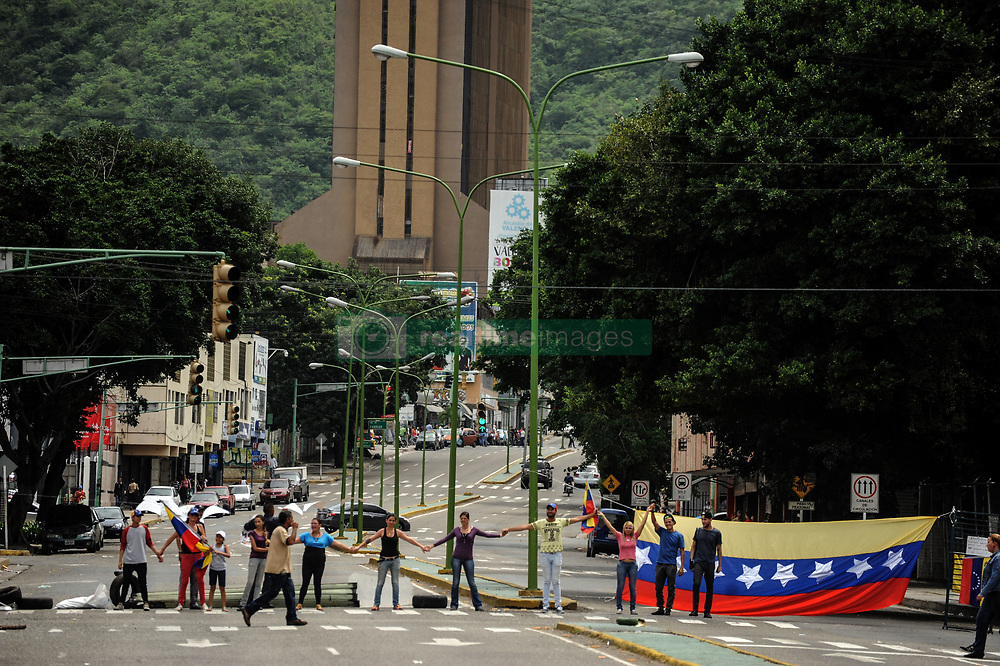 June 28, 2017 - Valencia, Carabobo, Venezuela - Te venezuelans, closed the roads, during the trancazo and call to abide by Article 350 of the National Constitution, which allows them to ignore the authorities of the government of Nicol‡s Maduro, before attempting to constitute a Constituent to modify the national constitution. The photos belong to the city of Valencia, Carabobo state. Photo: Leonardo Da cunha (Credit Image: © Leonardo  Da Cunha via ZUMA Wire)