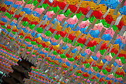 "Für die Feierlichkeiten von Buddhas Geburtstag (2. Mai 2009) werden Tempel mit bunten Lampions dekoriert. Aus den Laternen hängen Papierstreifen mit Wünschen. Fast jeder Besucher kauft sich einen Wunschzettel, der dann mit Namen und Wunsch beschriftet an einem Lampion befestigt werden.<br /> <br /> In Korea the birthday of Buddha (2nd of May 2009) is celebrated according to the Lunisolar calendar. This day is called ""Seokga tansinil"", meaning ""the day of Buddha's birthday"". Lotus lanterns cover the entire temples throughout the month. Visitors can buy a paper, write a wish to that paper and fix it with their name to a lantern."