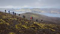 Ferðamenn á göngu á Breiðbak. Langisjór og Fögrufjöll í baksýn. Hikers on Mount Breidbakur. Lake Langisjor and Fogrufjoll mountains in background.