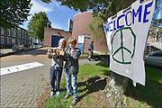 Nederland, the Netherlands, Arnhem, 15-9-2015In de Penitentiaire inrichting, koepelgevangemis,  de Berg wordt een noodopvang om vluchtelingen op te vangen, veelal afkomstig uit Syrië of Eritrea. Buurtbewoners hebben een welkomsspandoek opgehangen.  Tobias en Philip willen de vluchtelingen pakjes met drinken aanbieden als ze arriveren. In deze noodopvang worden ook gezinnen geplaatst en zal het niet alleenl gaan om alleenstaande mannen. Vanavond nemen zij hier hun intrek. In Holland the growing number of refugees forces the government to house them temporary and improvised in unused or empty buildings and halls. Often these are rented from private owners or real-estate firms. In this case an empty, unused prison. FOTO: FLIP FRANSSEN/ HH
