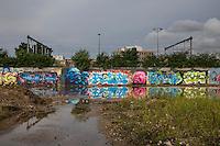 Kruisvaartterrein, voormalig goederenoverslagterrein, graffiti, achtergrond spoorlijn