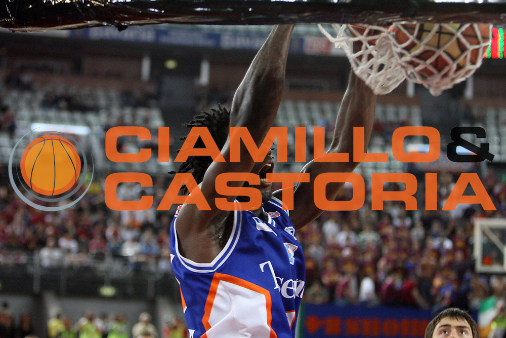 DESCRIZIONE : Roma Lega A1 2007-08 Playoff Quarti di finale Gara 1 Lottomatica Virtus Roma Tisettanta Cantu<br /> GIOCATORE : Torin Francis<br /> SQUADRA : Tisettanta Cantu<br /> EVENTO : Campionato Lega A1 2007-2008 <br /> GARA : Lottomatica Virtus Roma Tisettanta Cantu<br /> DATA : 11/05/2008 <br /> CATEGORIA : schiacciata<br /> SPORT : Pallacanestro <br /> AUTORE : Agenzia Ciamillo-Castoria/E.Castoria<br /> Galleria : Lega Basket A1 2007-2008 <br /> Fotonotizia : Roma Campionato Italiano Lega A1 2007-2008 Playoff Quarti dI finale Gara 1 Lottomatica Virtus Roma Tisettanta Cantu<br /> Predefinita :