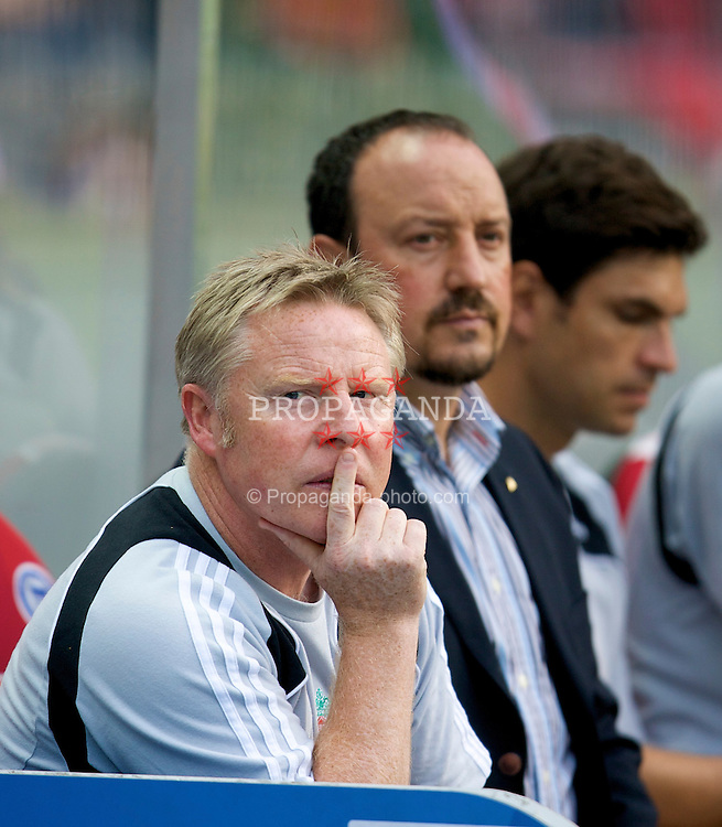 BERLIN, GERMANY - Tuesday, July 22, 2008: Liverpool's assistant manager Sammy Lee and manager Rafael Benitez before a pre-season friendly match against Hertha BSC Berlin at the Olympiastadion. (Photo by David Rawcliffe/Propaganda)