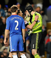 04.12.2010, Stamford Bridge, London, ENG, PL, FC Chelsea vs FC Everton, im Bild referee Lee Probert looks at Petr Cech of Chelsea eye after treatment..Chelsea v Everton, .English Premiership,.Stamford Bridge, London. UK. .4/11/10. EXPA Pictures © 2010, PhotoCredit: EXPA/ IPS/ Sean Ryan +++++ ATTENTION - OUT OF ENGLAND/UK and FRANCE/FR +++++
