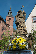 Heiligenfigur vor Wallfahrtsbasilika St. Georg, Walldürn, Odenwald, Baden-Württemberg, Deutschland | figure before Pilgrimage Basilica of St. George, Walldürn, Odenwald, Baden-Württemberg, Germany