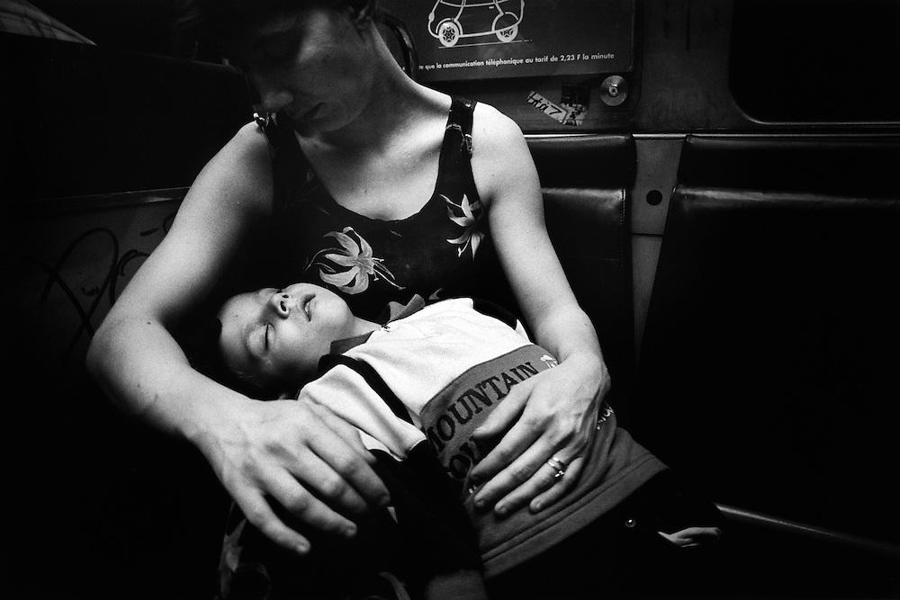 Paris, 1999. Les visites. Nathalie voit maintenant ses fils regulierement et peut les recevoir chez elle.