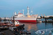 Hamburger Hafen, Museumsschiff Cap San Diego bei Daemmerung, Hamburg, Deutschland.|.Hamburg harbour, museum ship Cap San Diego at dusk, Hamburg, Germany.
