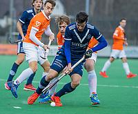 BLOEMENDAAL -  Agustin Bugallo (Pinoke) met Mats de Groot (Bldaal) tijdens de competitie hoofdklasse hockeywedstrijd heren, Bloemendaal-Pinoke (3-2)   COPYRIGHT KOEN SUYK