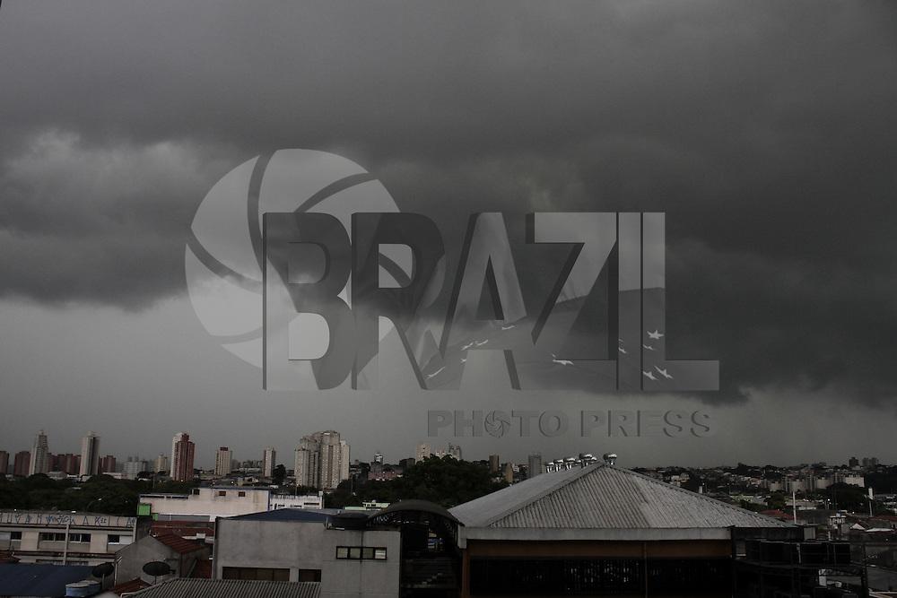 SAO PAULO,SP,27 DEZEMBRO 2012 - CLIMA TEMPO SP - Forte chuva cai na capital paulista no final de tarde dessa  quinta-feira, 27  - Bom Retiro, zona central de Sao Paulo - FOTO: LOLA OLIVEIRA/BRAZIL PHOTO PRESS -