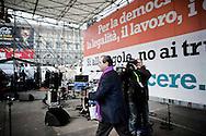 ROMA. L'ONOREVOLE ANTONIO DI PIETRO SALE SUL PALCO DELLA MANIFESTAZIONE CONTRO IL DECRETO SALVA LISTE DEL GOVERNO BERLUSCONI PER LE ELEZIONI REGIONALI 2010