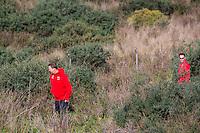 ESTEPONA - 05-01-2016, AZ in Spanje 5 januari, AZ trainer John van den Brom en Robert Eenhoorn zoeken een bal.